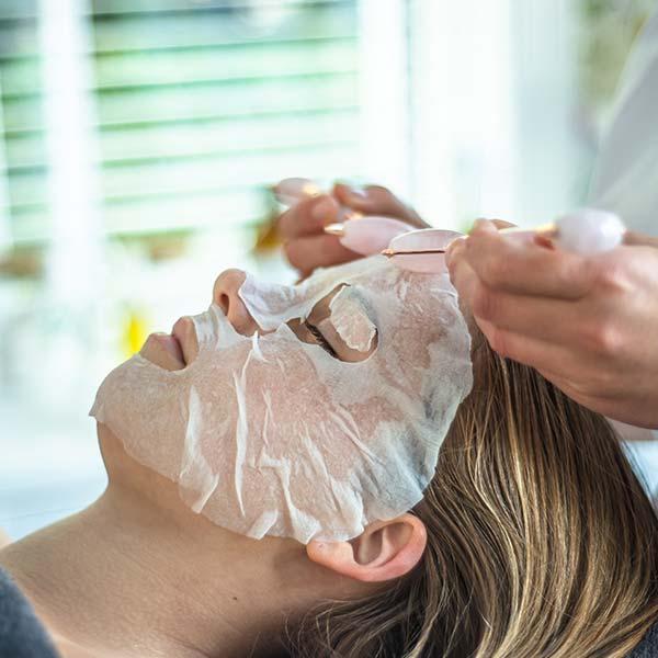 Aromatherapeutische gezichtsbehandeling met een masker