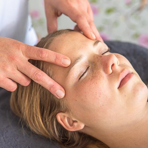 Access bars behandeling door aanraking van het hoofd.